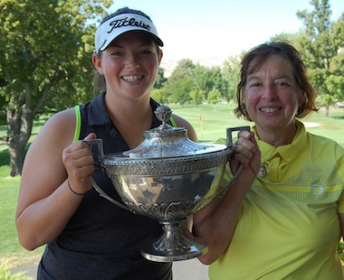 2015 Women's Trans National winner Caroline Inglis<br>posing with her mother at Yakima C.C. (WTNGA photo)