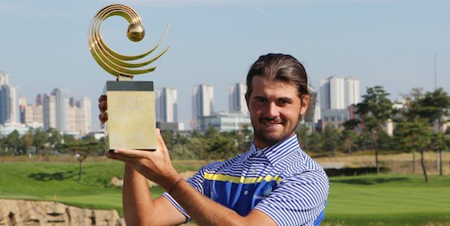 Curtis Luck hoists the Asia-Pacific Trophy <br>(Asia-Pacific Amateur Photo)