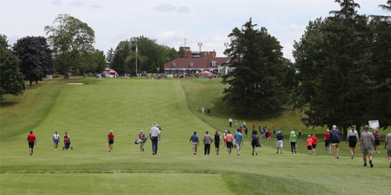 Jennifer Kupcho (middle left, in red) strides up the final hole at Cutten Fields<br>(Golf Canada photo)