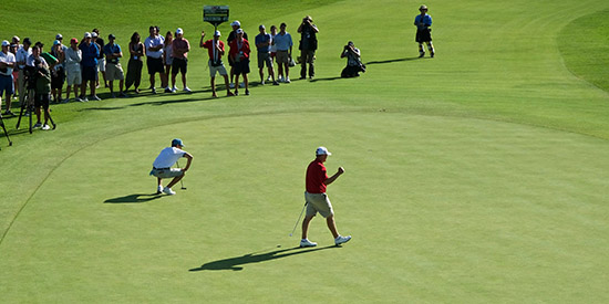 Braden Thornberry rolls in a 30-footer for birdie on 18 to beat<br>Joaquin Niemann (photo Kevin Cassidy, AmateurGolf.com)