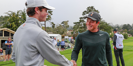 Viktor Hovland (right) shakes Cole Hammer's hand (USGA photo)